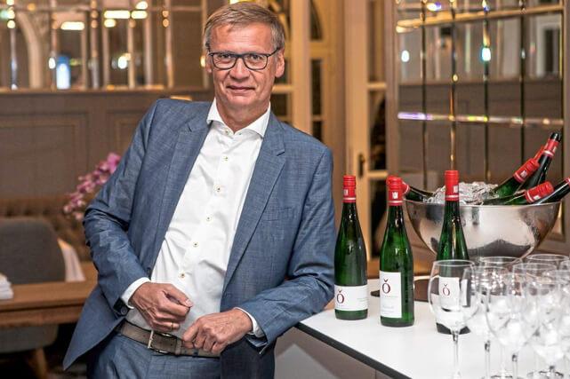 Günther Jauch lehnt an Bar