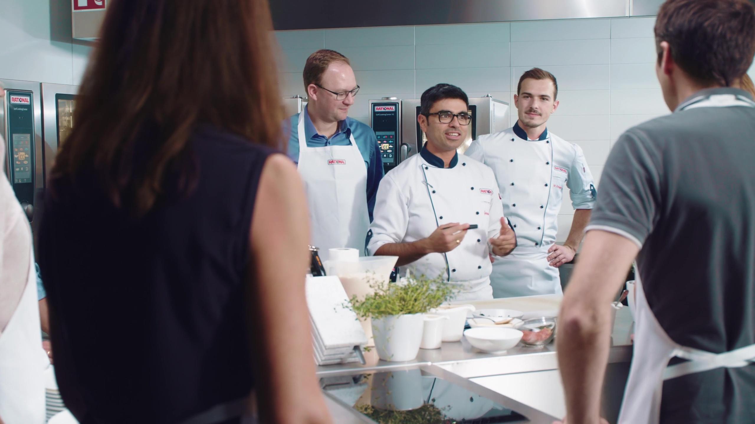 Küchenleiter gibt ein Briefing