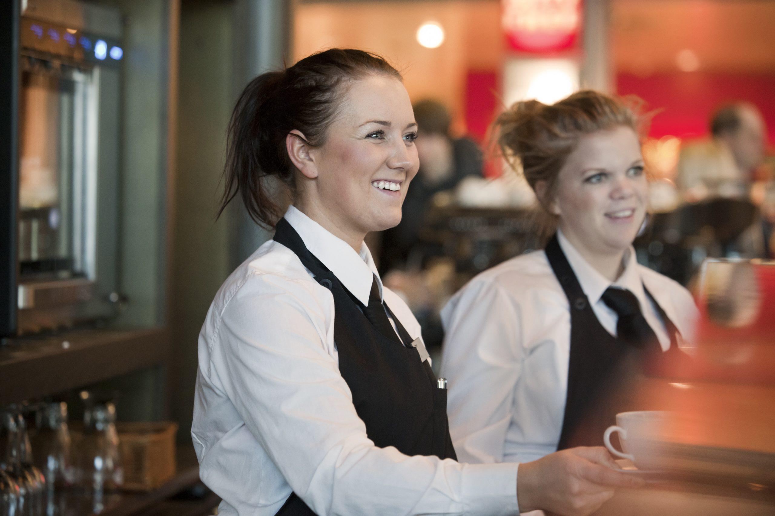 zwei lächelnde Servicemitarbeiterinnen