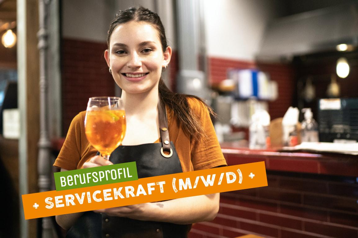 Lächelnde Frau mit Cocktail als Vertreterin für Servicekraft